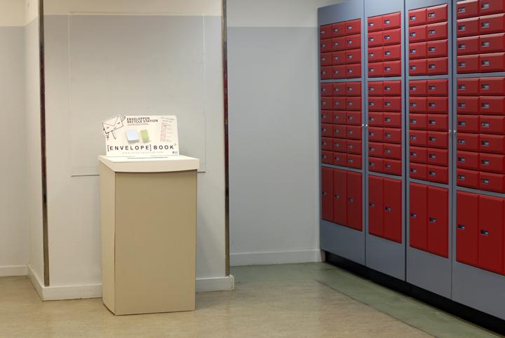 Enveloppen inzamel display in Posbusruimte bij PostNL Singel Amsterdam